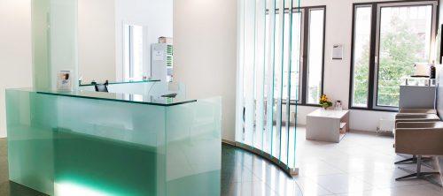 Empfangsbereich - Zahnarztpraxis für Implantologie und Zahnimplantate in Neu-isenburg